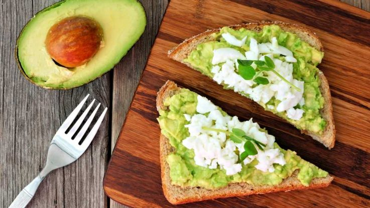 avokádový toast, jídla na svalovou hmotu, jídelníček běžce