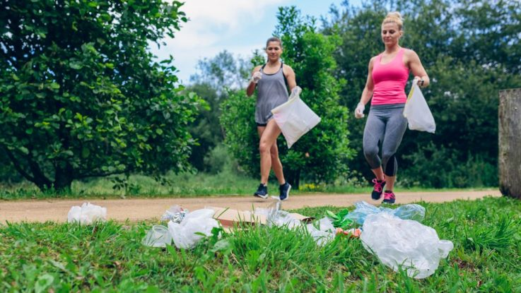 Lidé při běhání sbírají odpadky