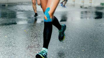 Tejpování kolene při běhu