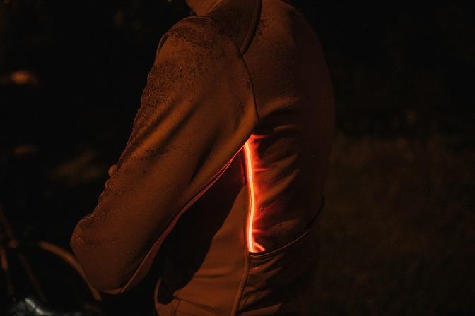 Jasněji, bezpečněji, lépe. Výhodou aktivního osvětlení oproti reflexním prvkům je neustálá viditelnost, bez ohledu na kvalitu osvětlení okolních účastníků silničního provozu.