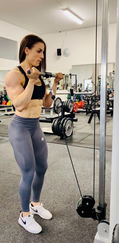 posílování bicepsu